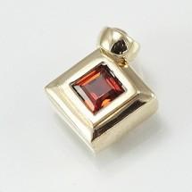 Loading image - 9ct Yellow Gold Garnet Pendant